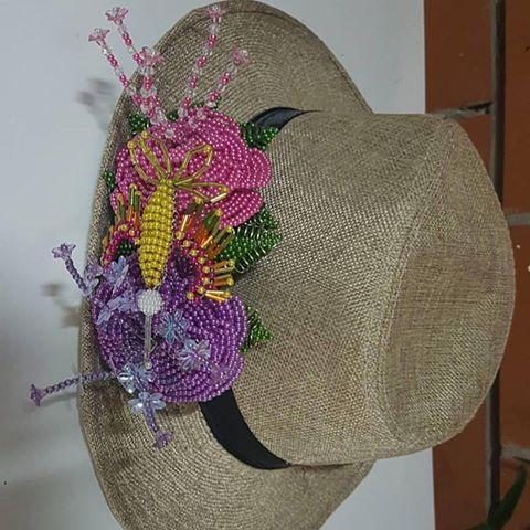 Tembleques de colores y color tradicional en sombreros un detalle chic para  tu salidas de paseo 24bb1ad6121
