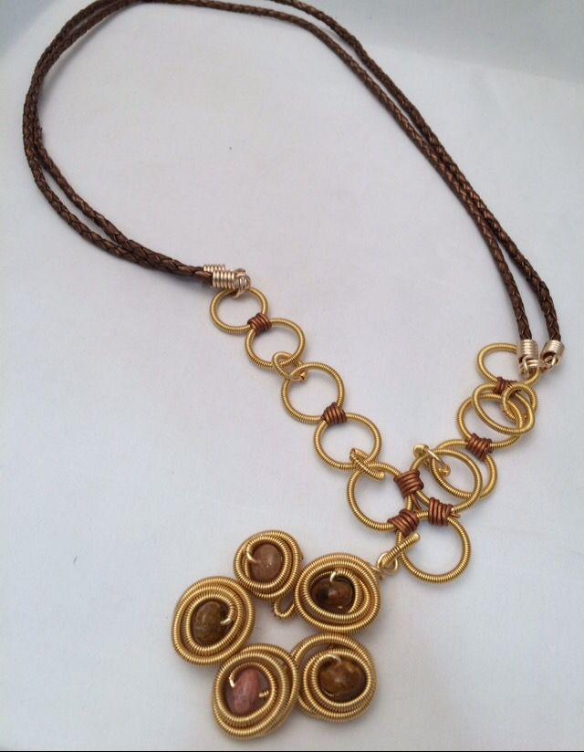 6a64f4338fe0 Collar cuero y dije de alambre. Materiales y diseño Farfalla, Costa ...