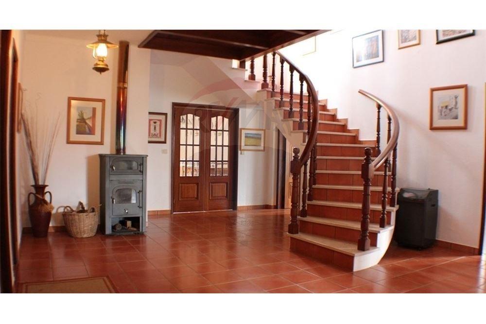 Hall com chão tijoleira e madeira nobre