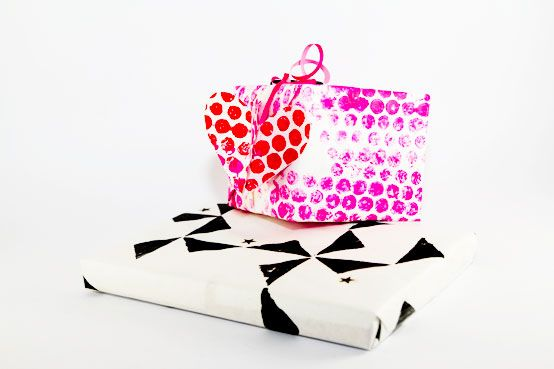 diy gift wrap geschenkpapier mit noppen by kreativbuehne diy zum nachmachen pinterest. Black Bedroom Furniture Sets. Home Design Ideas