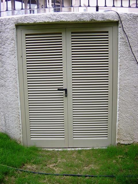 Puertas de aluminio con ventilaci n las puertas de for Puertas de aluminio para habitaciones