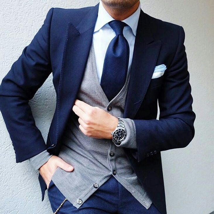 2d2d31439205b Traje azul. Chaleco gris. Combinación interesante