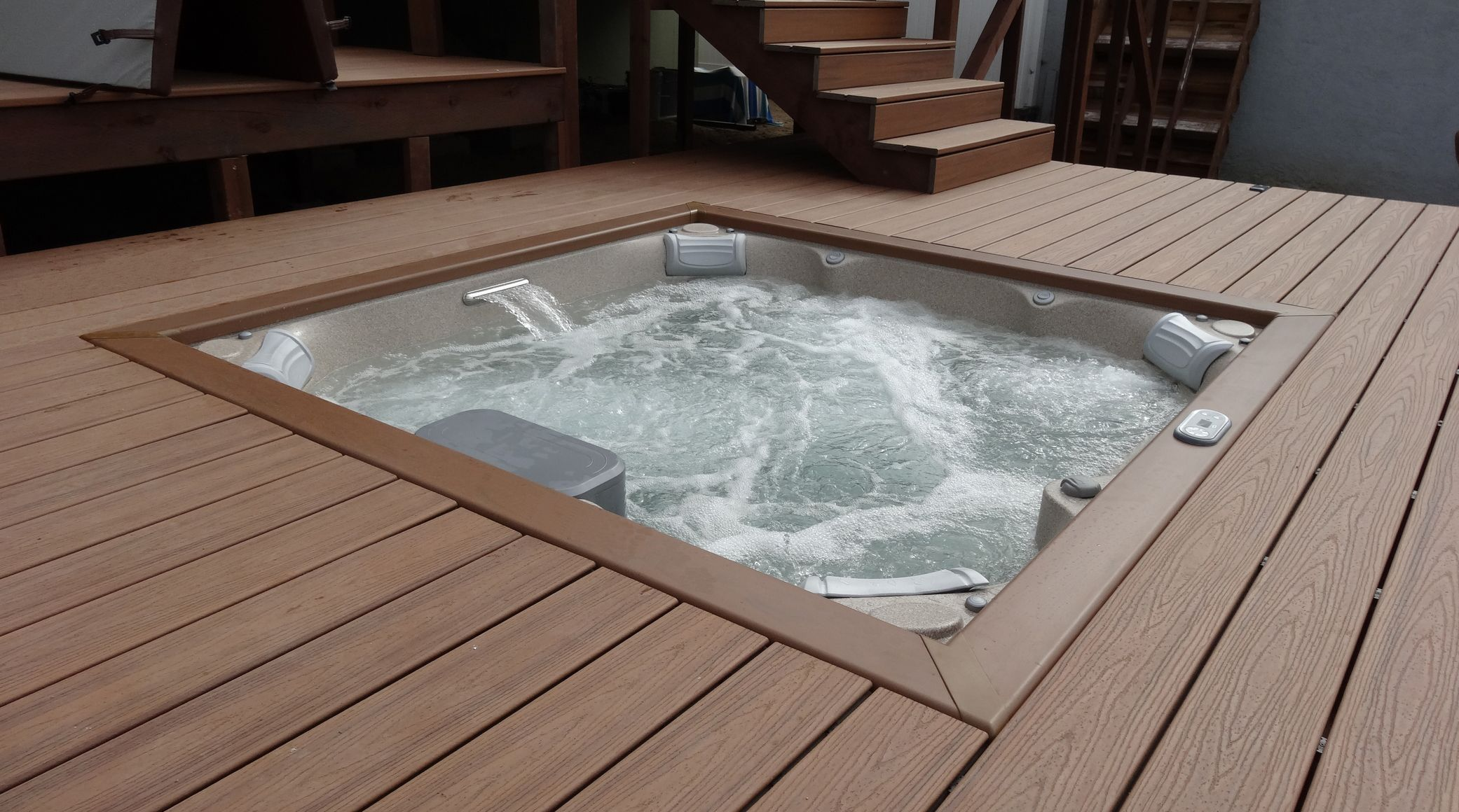 spa jacuzzi j lx encastr dans terrasse en bois. Black Bedroom Furniture Sets. Home Design Ideas