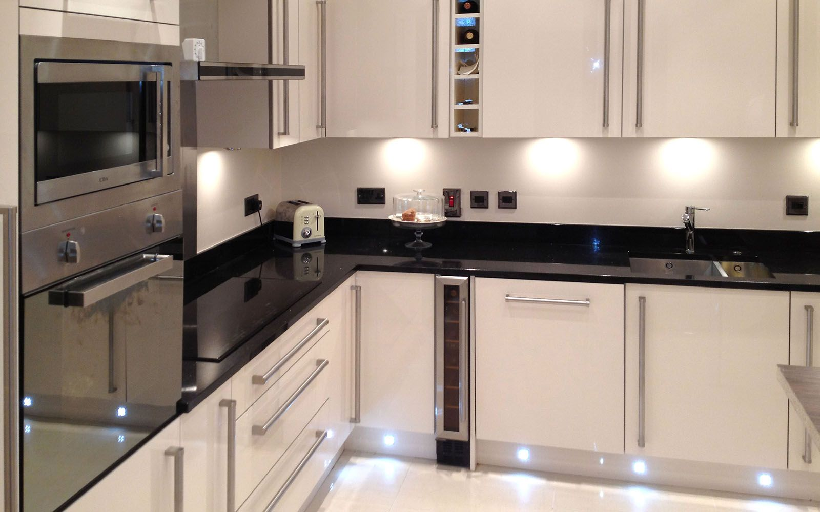 Download Wallpaper High Gloss White Kitchen Plinth