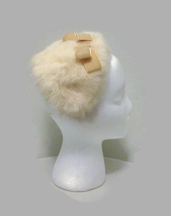 Vintage 1950s White Rabbit Fur Half Hat Cocktail Hat Fascinator with Velvet Bow von BatCityVintage auf Etsy https://www.etsy.com/de/listing/216543193/vintage-1950s-white-rabbit-fur-half-hat