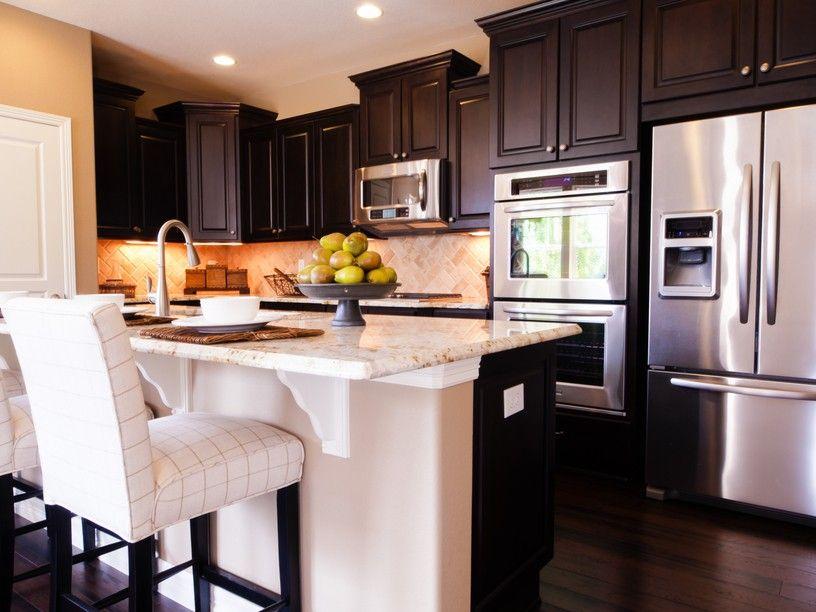 Elegante Dunkle Holzküche Mit Weißen Stühlen Und Edelstahl Applieances