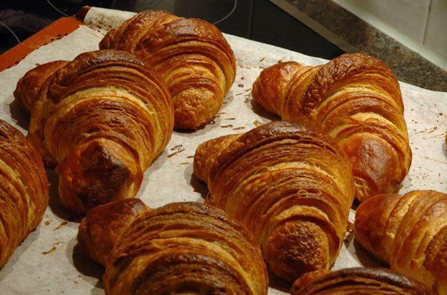 Wir lieben Croissants. Es gibt nichts schmackhafteres zu einem Wochenend-Frühstück als frisch gebackene Butter-Croissants. Leider backen nur noch wenige Bäckereien selbst Croissants, die meisten nu...