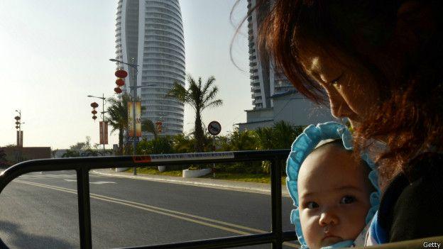 Mujer china con hijo.  ¿Por qué las mujeres chinas se están quedando sin propiedades? http://www.bbc.co.uk/mundo/noticias/2014/09/140912_economia_china_mujeres_discriminacion_propiedades_lv.shtml