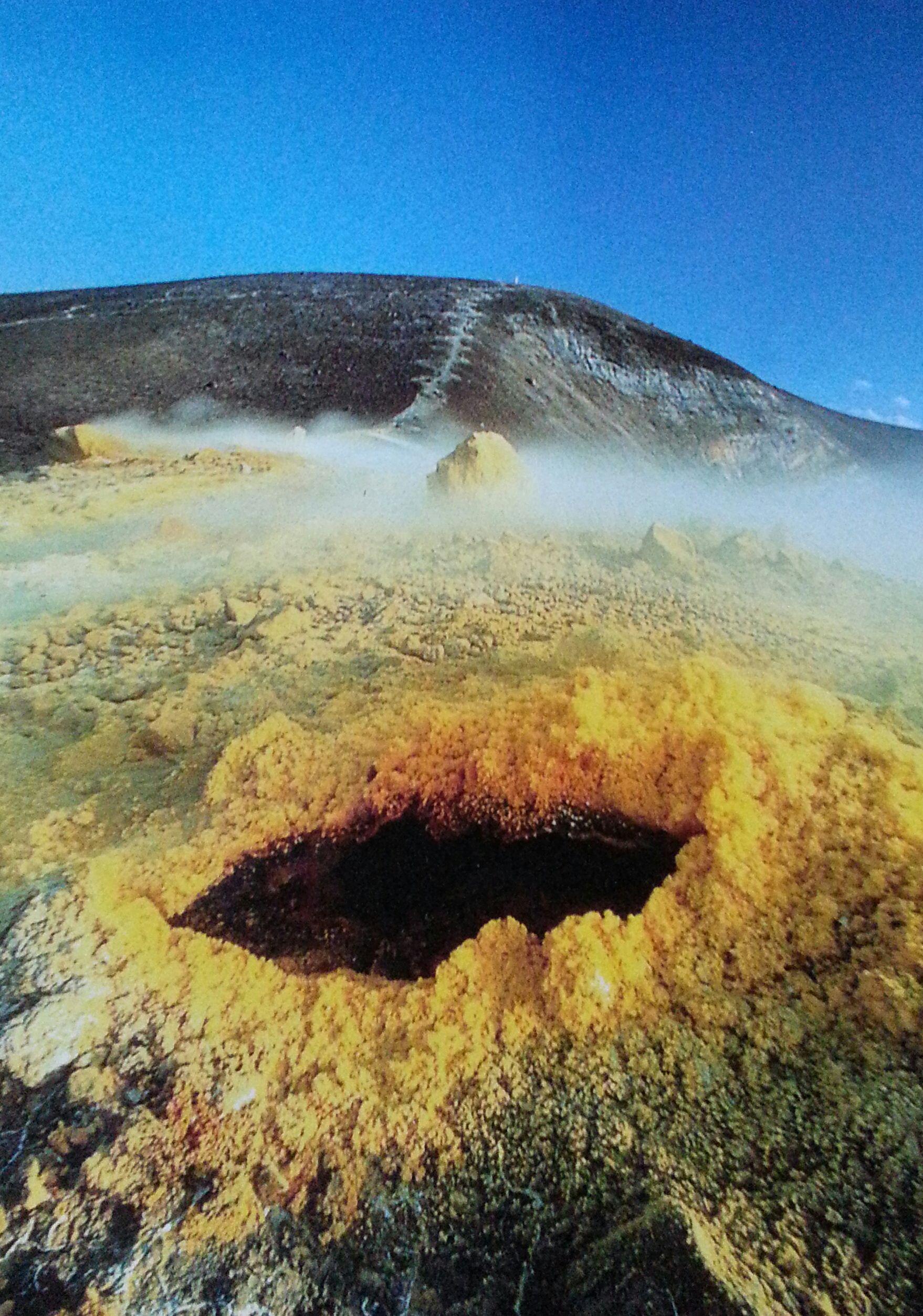 Bocca sulfurea du volcan de l'Ile de Vulcano (au nord de la Sicile)