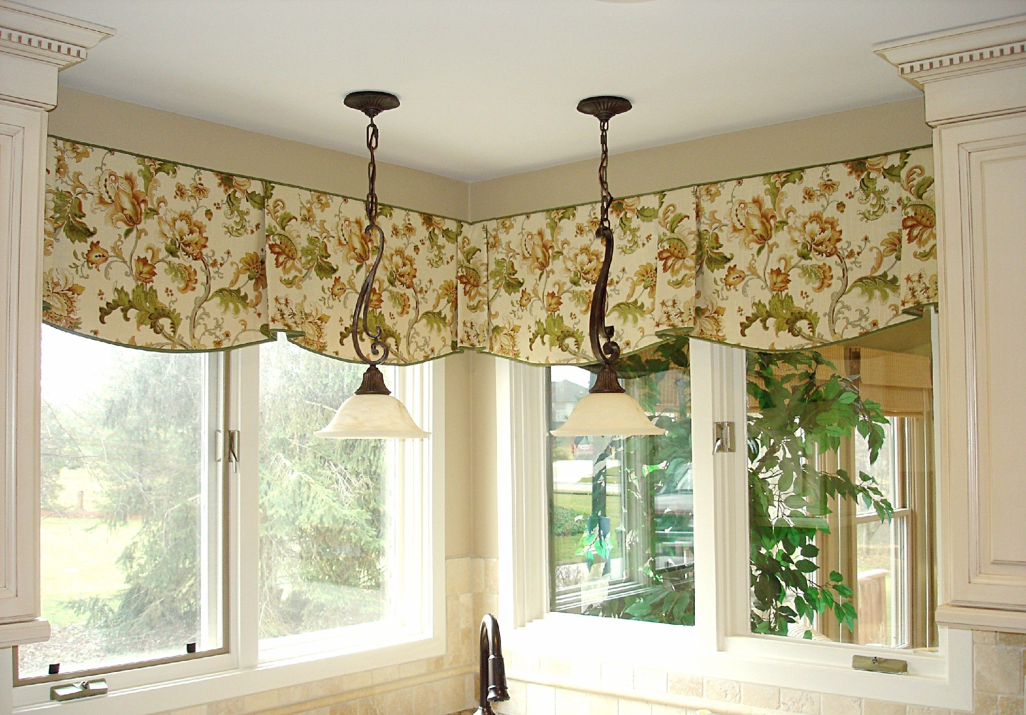 Valances For Kitchen Windows Trash Compactor Interior Vintage Green Floral Patterned Window Valance Combined Classical Pendant Lamps Living Room