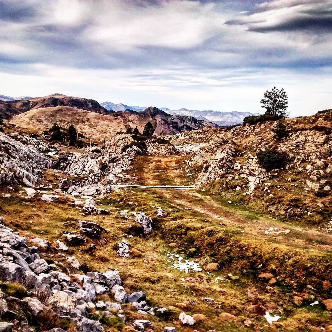 On instagram by rubenmdrd #landscape #contratahotel (o) http://ift.tt/1TGuWj7 pistas de #roncalia sin nieve. Elurrik ez beraz paseatu behar.   #nature #paisajes #mundodepaisajes #naturaleza #mountains #montañas #pirineos #foap #igers #igerrak #navarra #navarragrafias #movilgrafiadeldia