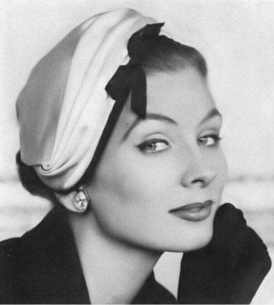 Suzy Parker wearing a hat by Dior, 1953 | 帽子あるいはヘッドドレス ...
