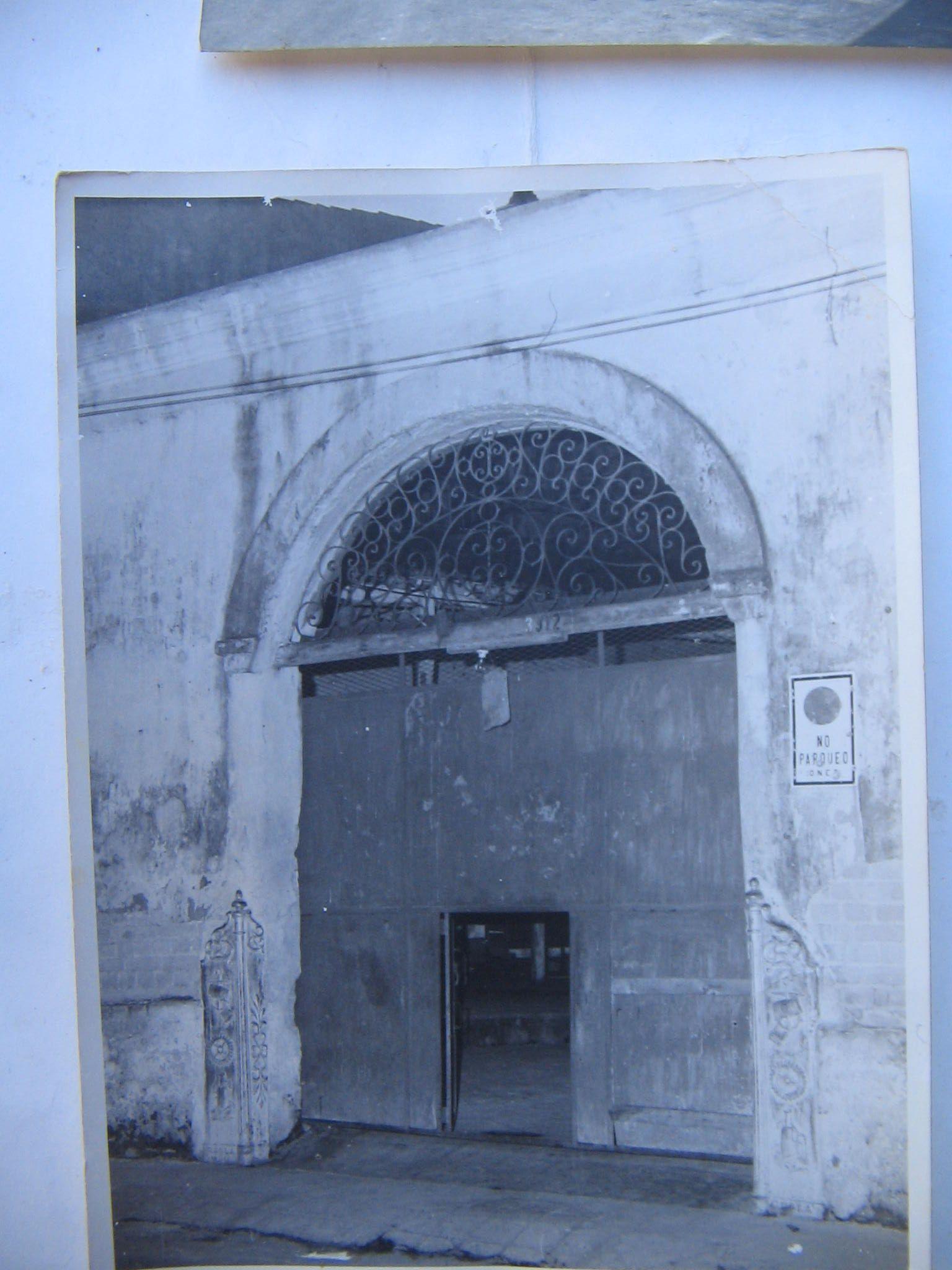 """Entrada a """"La Taberna del Tío Cabrera""""; lugar por dónde se dice comenzó a desarrollarse la Villa del Ariguanabo"""