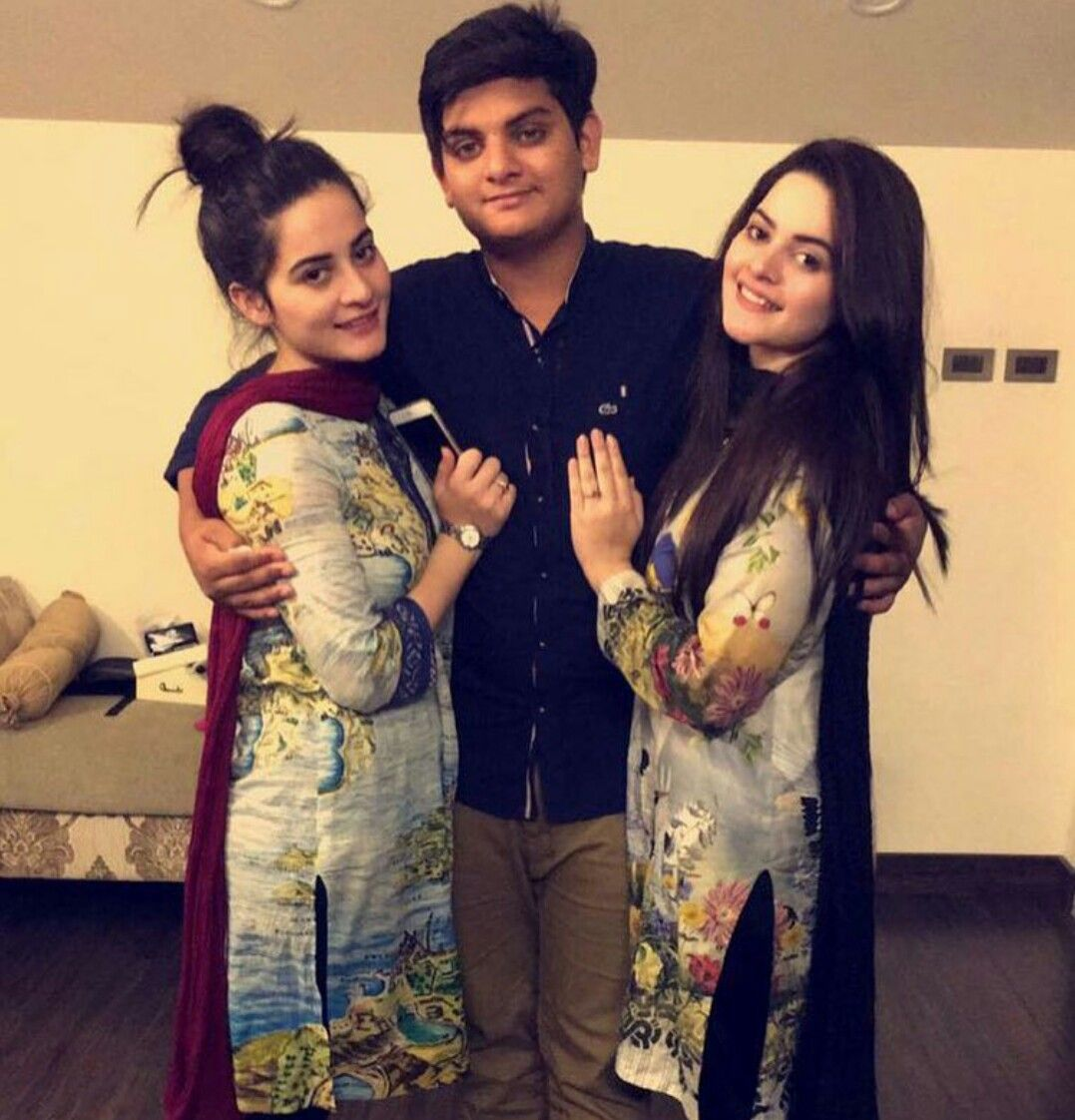 Beautiful Twins Sisters Aiman Khan And Minal Khan With Her -6824