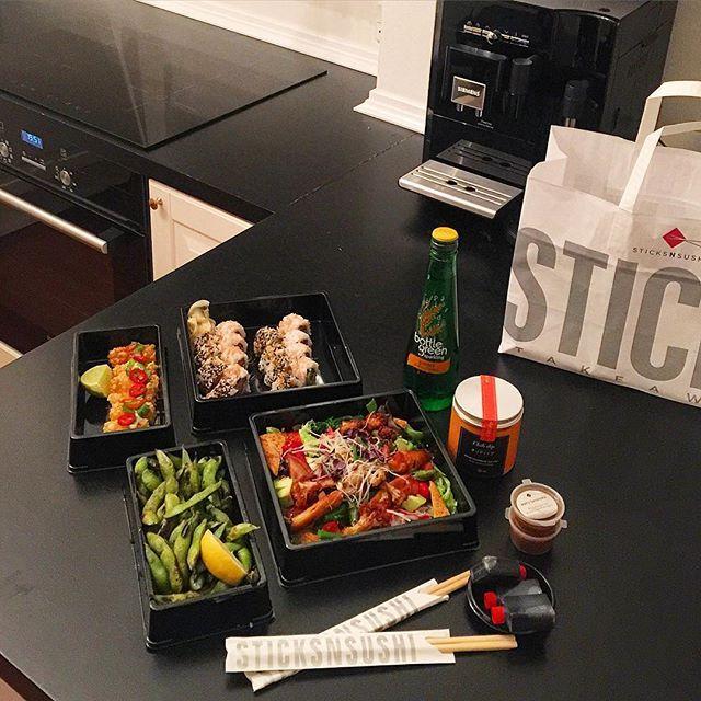 Jeg er blevet syg Jeg har derfor brugt hele dagen under dynen, og måtte aflyse mit marathon i dag Heldigvis blev jeg forkælet med lidt lækker aftensmad❤️ #health #healthy #healthyfood #fit #fitspo #fitfam #fitfamdk #fitfood #food #foodie #foodporn #foodgasm #nutrition #dinner #takeaway #sushi #delicious #tasty #yummy #thursday #love #life #amazing #aftensmad #torsdag #sund #sundhed sticksnsushi sushi