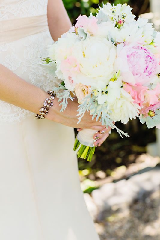 An amazing bouquet in the most delicate shades of ivory ...