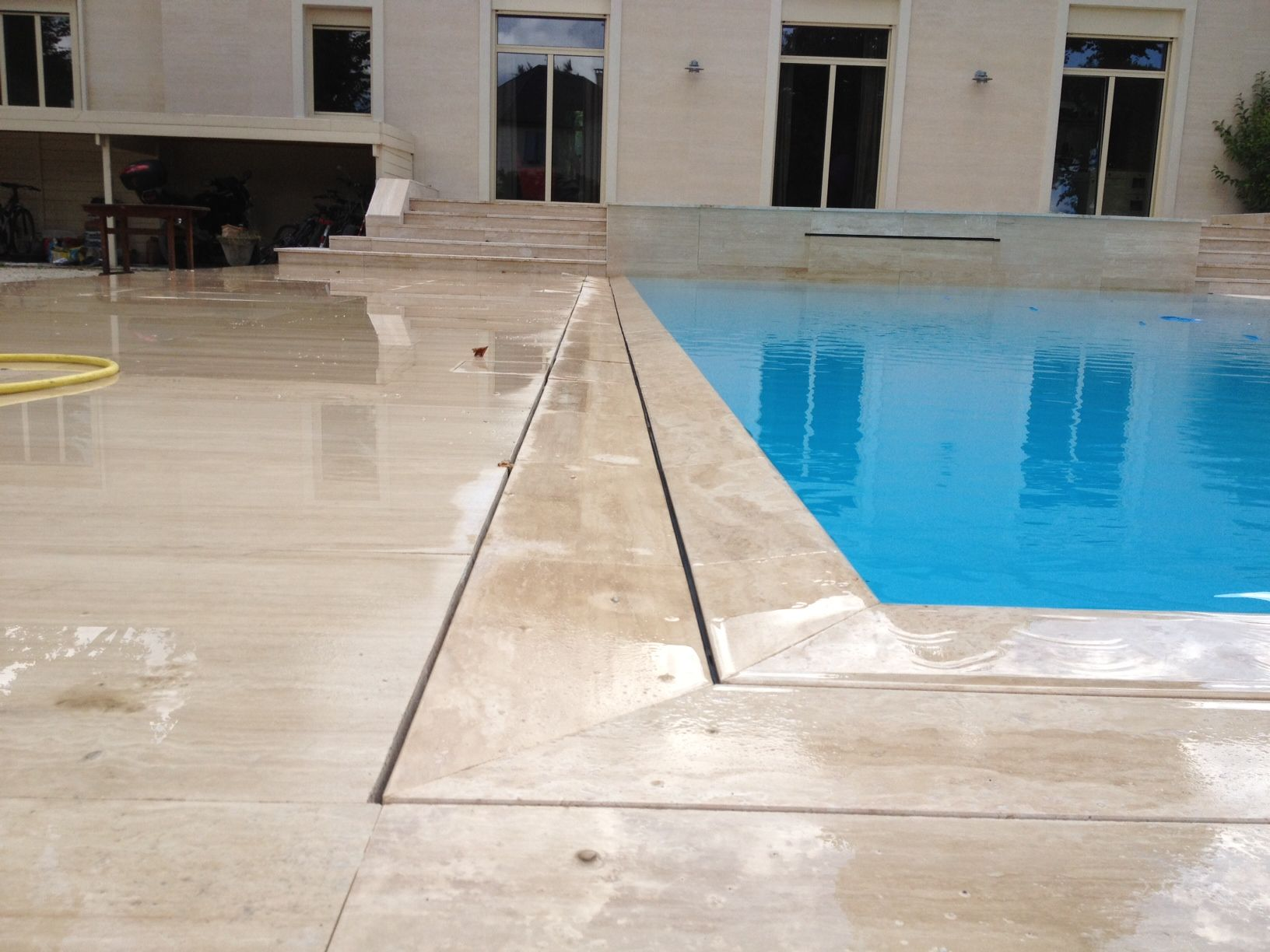 piscine miroir en b ton avec terrasses en travertin conception et r alisation par terra ga. Black Bedroom Furniture Sets. Home Design Ideas