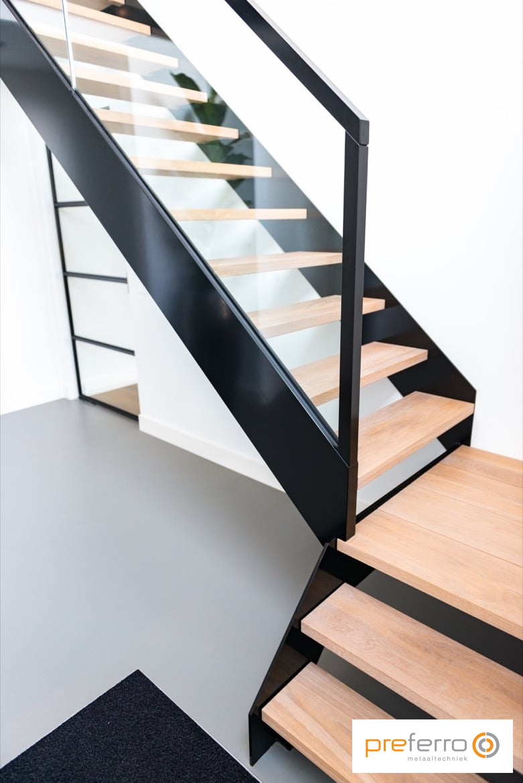 Bordes trap met stalen leuning en houten treden  Trap