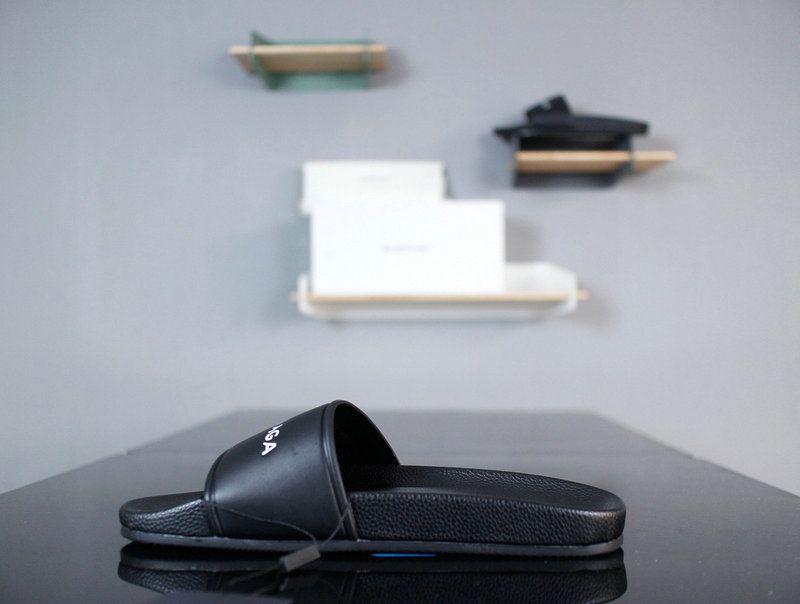 1b4641ed66ee Cheap Priced 2018 Mens Balenciaga Piscine Flat Sandals With Mens Balenciaga  Embossed Logo Black White