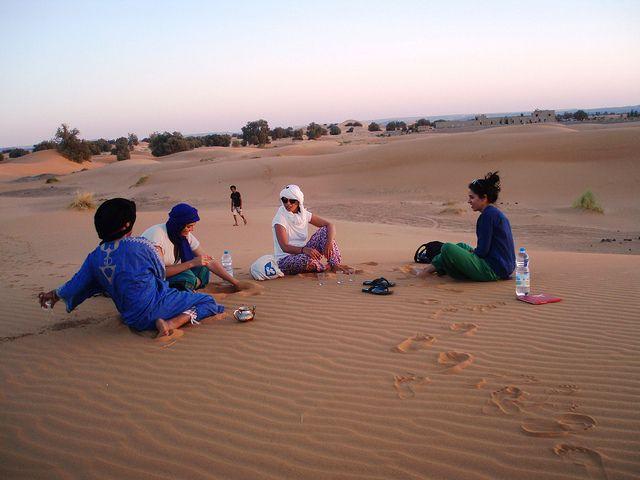 Hola Viajero. Somos jóvenes bereberes original familias nómadas del sudeste del Sahara exactamente