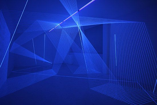 """""""Folding Surface 6.9"""" / 2012 / Wool thread, illuminated string, UV light, Dimensions variable  Solo Exhibition """"DIALOGUE LINEAIRE"""" / Galerie Laurent Mueller, Paris"""
