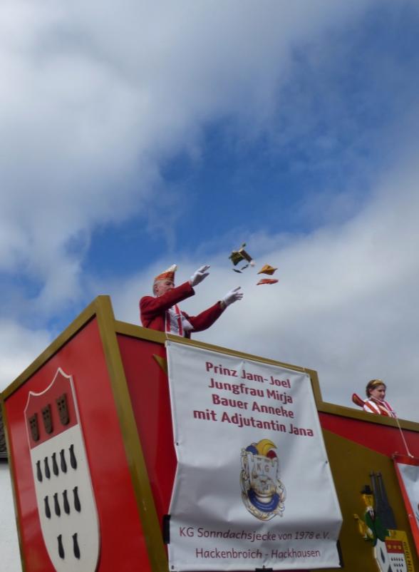 Kamelle! - Karnevalszug in Hackenbroich - Foto: S. Hopp