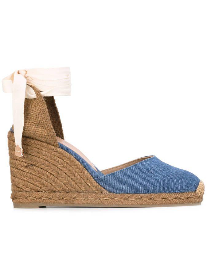 6f952b02dc9 Une paire d espadrilles compensées blue jean