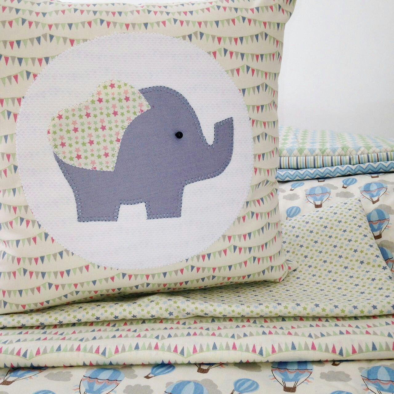 Almofada elefante confeccionado com tecido fabricart.