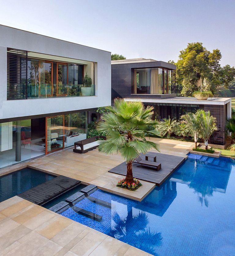 This Home Was Designed To Wrap Around The Swimming Pool Piscinas Modernas Exteriores De Casas Casas De Luxo