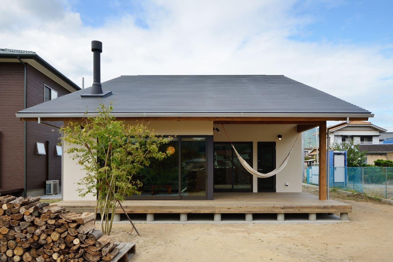 どっしりとした片流れの屋根に良く似合う煙突 薪ストーブ好き そして