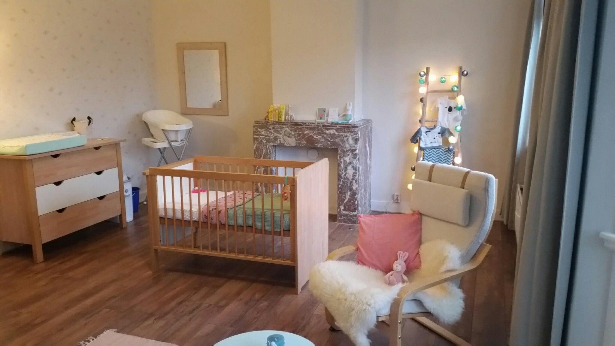 Stijlvolle Speeltafel Kinderkamer : Babykamer #commode #wolkjesbehang #spiegel #decoladder babykamer