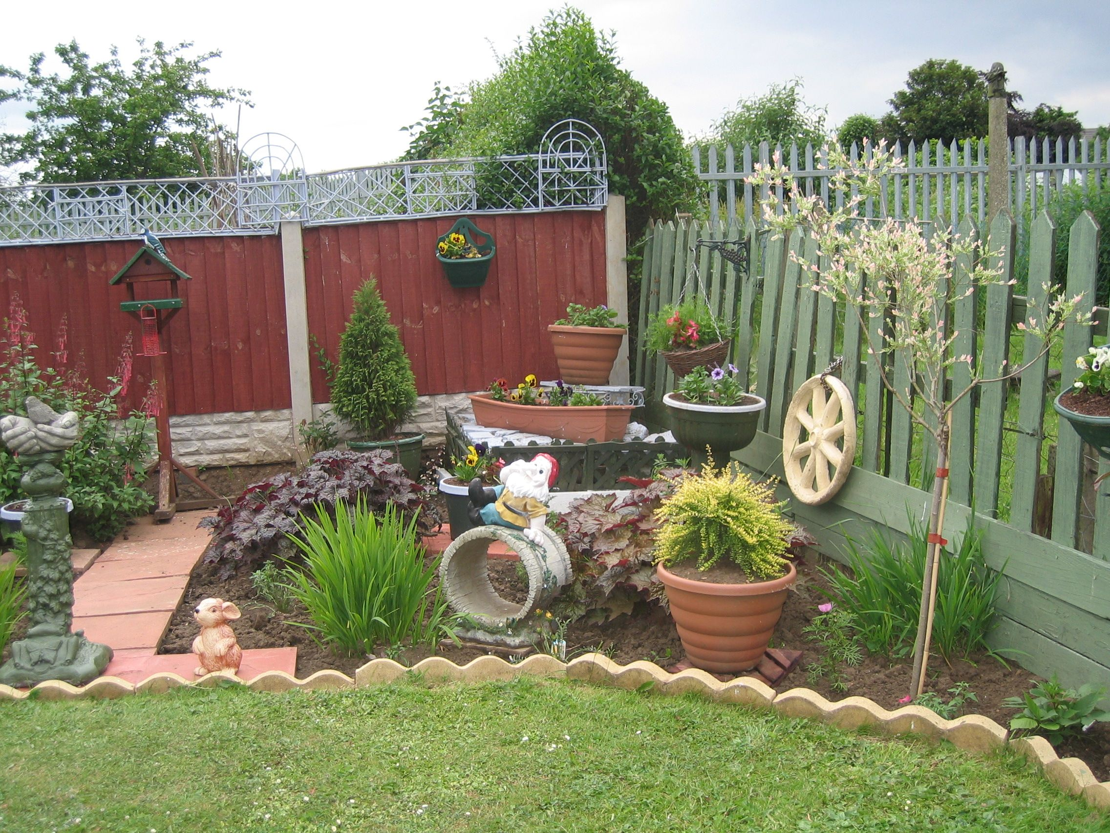 if you need inspiration to make beautiful garden you will find here we present 15 yard decorating ideas for your yard that you have to try this spring - Flower Garden Ideas Sloping