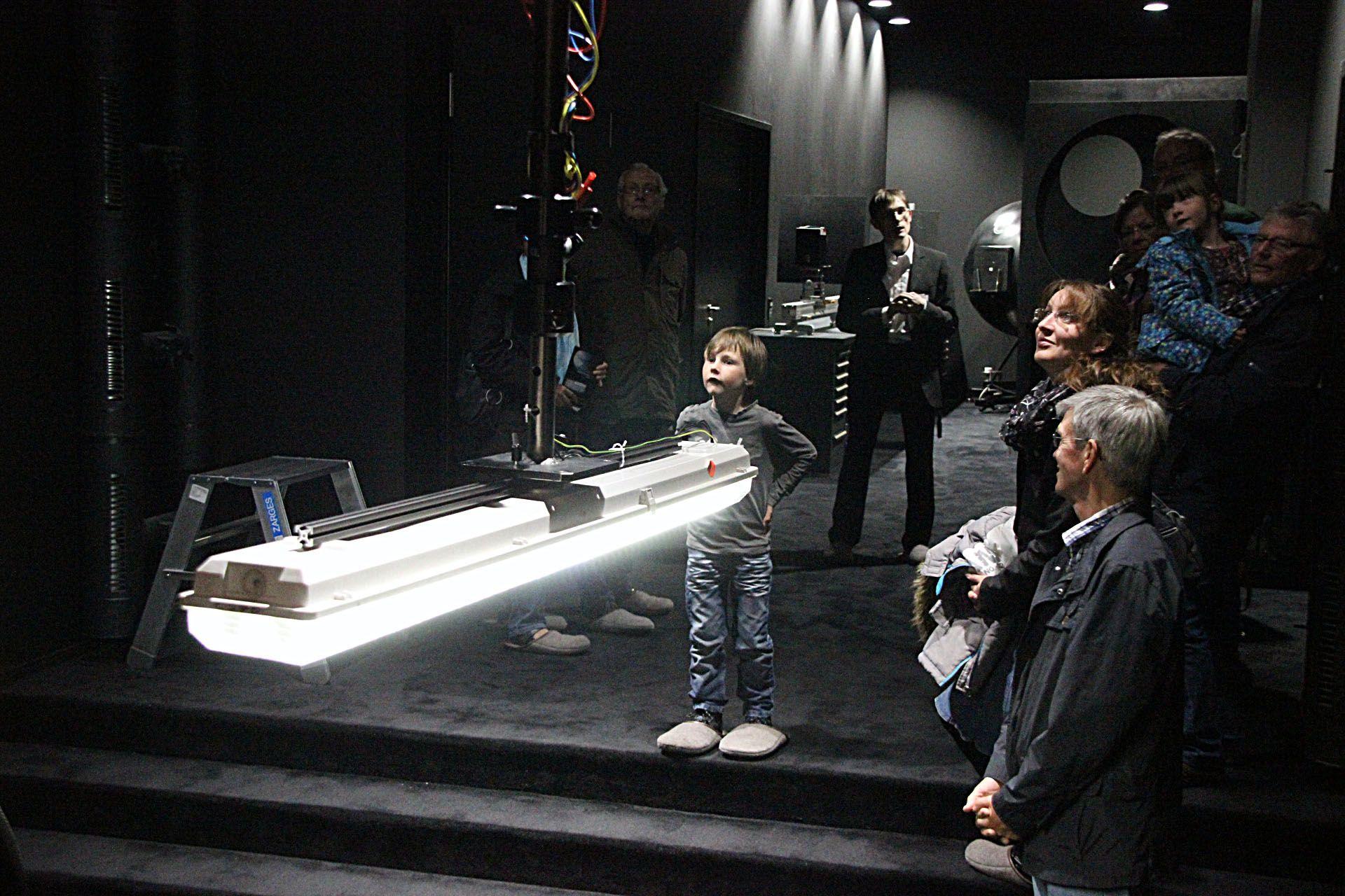 Lucente Sittensen sechs personen in einem atelier indem zwei weiße stehtische stehen