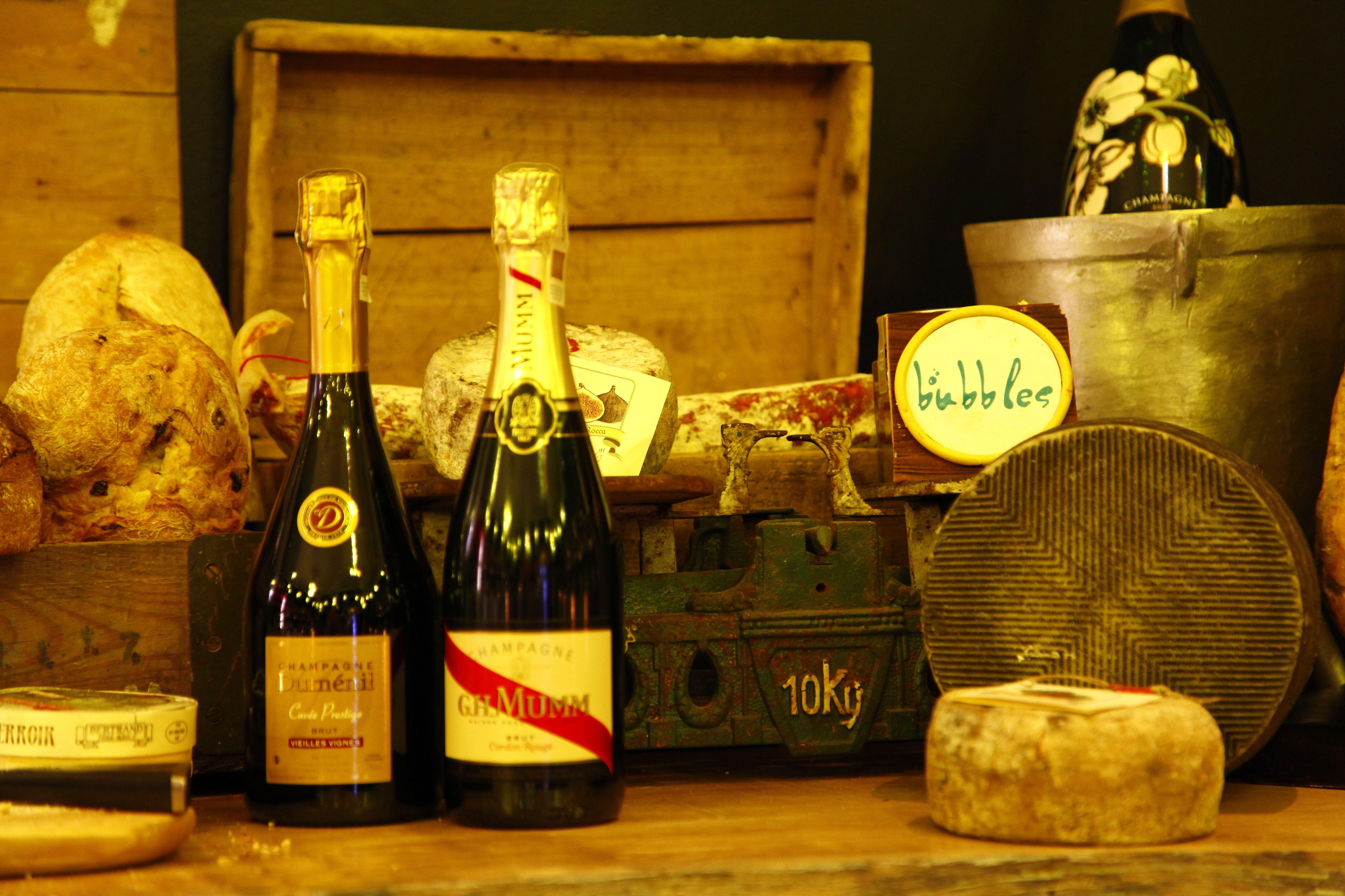 Najwiekszy Wybor Babelkow Z Calego Swiata Pyszne Dania Kuchni Polskiej I Europejskiej Oraz Niepowtarzalna Atmosfera Najlep Champagne Bottle Champagne Bottle