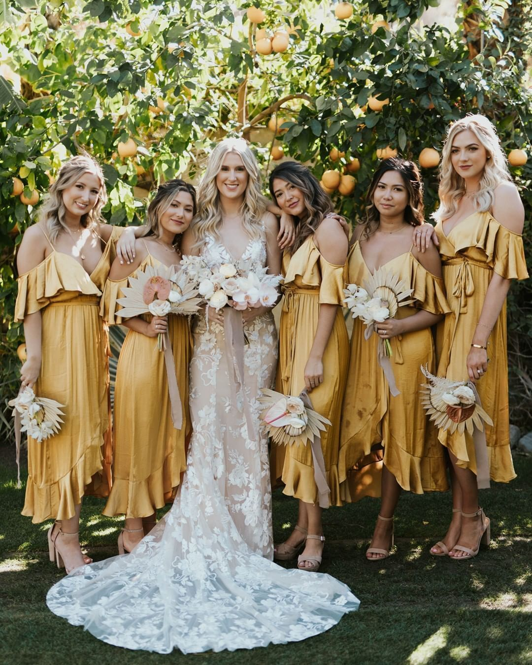 Having A Mustard Moment That S What We D Call A Striking Bridal Party Repost From Greenweddingshoes Phot Braut Bohmische Brautjungfernkleider Trauzeugin