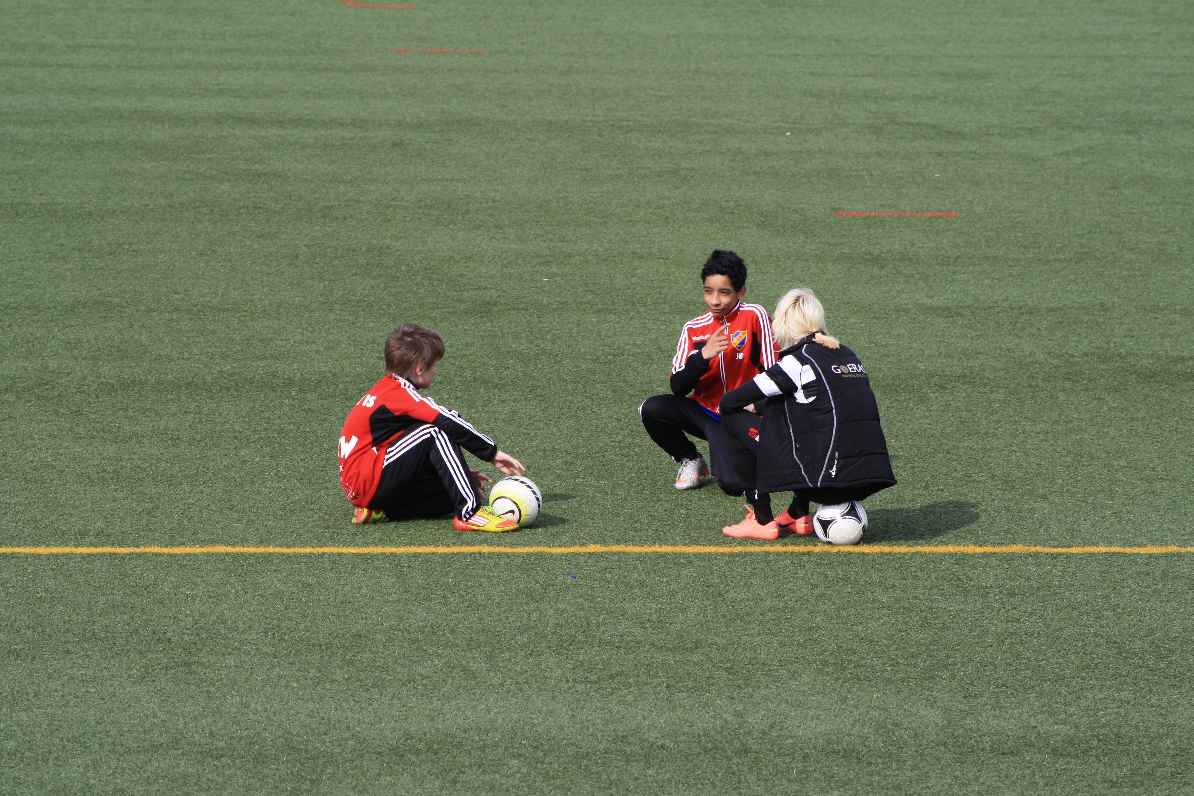 Edvin, Julian och Madde summerar den individuella träningen och detaljerna i ett vristskott. Nacka IP 25/4 2012