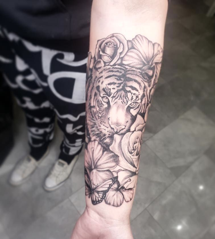 Tiger and floral piece by @luna_inked . . . DM or email for future bookings. Dont forget to tag us in your pics so we can share them! . . .#bramptontattoos #mississaugatattoos #torontotattoos #gtatattoos #art #ontariotattoos #tattooaddict #inkaddict #tattoo #tattoos #ink #inked #tattooed #tattooaddiction #tattoostyle #tattoooftheday #tattooideas #eternalink #criticalpowersupply #tiger #floral