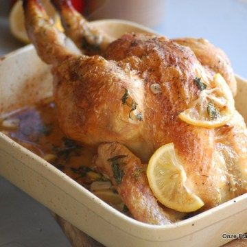 Kip open knippen en plat drukken in een bakblik. Zo krijg je hem een stuk sneller en bovendien mooi gelijkmatig gaar.