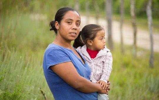 Hondurasilainen Ermelinda Chicas on synnyttänyt molemmat lapsensa kotona kyläkätilön avustuksella. Punainen Risti suosittelee, että jos lapsia vielä tulee, olisi hyvä mennä synnyttämään terveyskeskukseen.