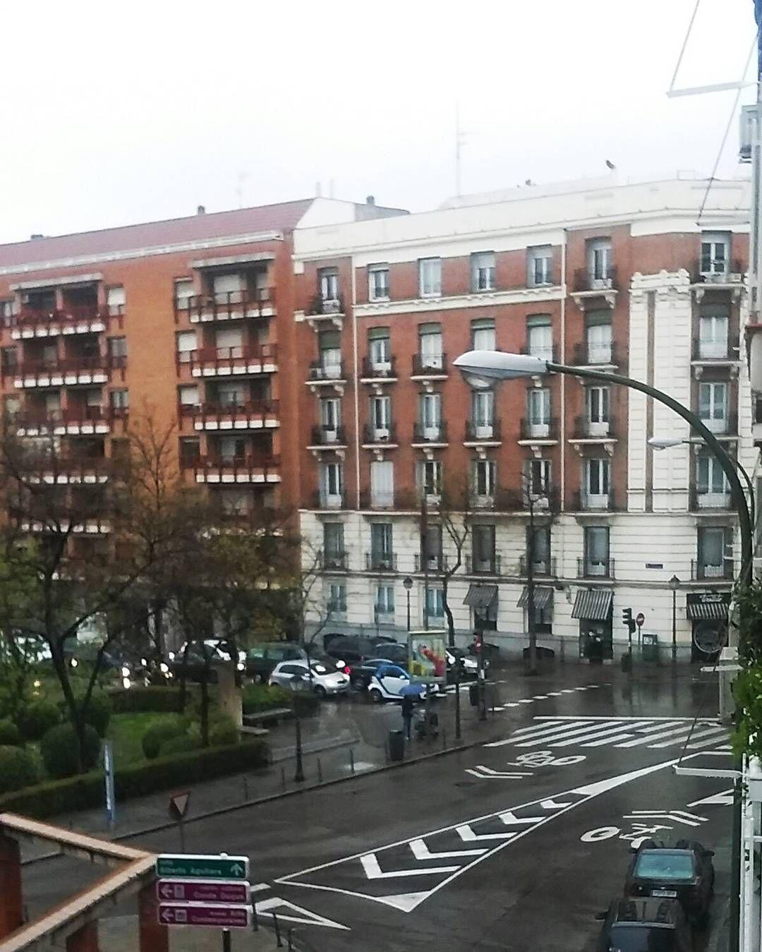 #Ahora #sí! #Bienvenido #abril! #Buenos días para este #lluvioso #lunes!. #macetas a la #calle !!! #condeduquemojado #lluvia #lluvioso #spring #primavera #primaveraencondeduque#floristeriasmadri#condeduquegente##flordelola by flordelola2014