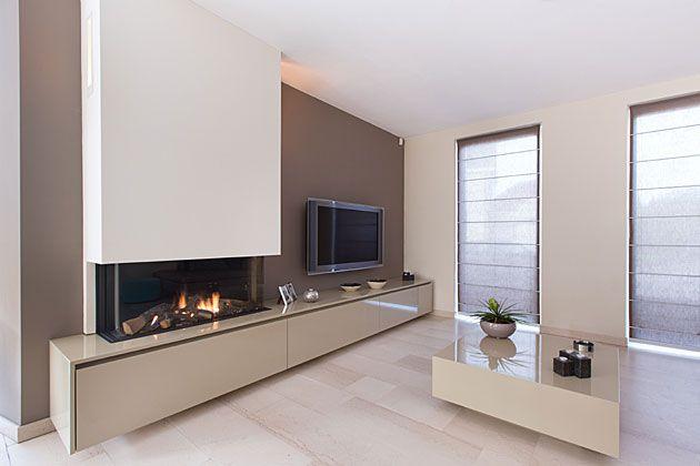 Woonkamer geheel in stijl met tv-meubel, haard, glastafel en ...
