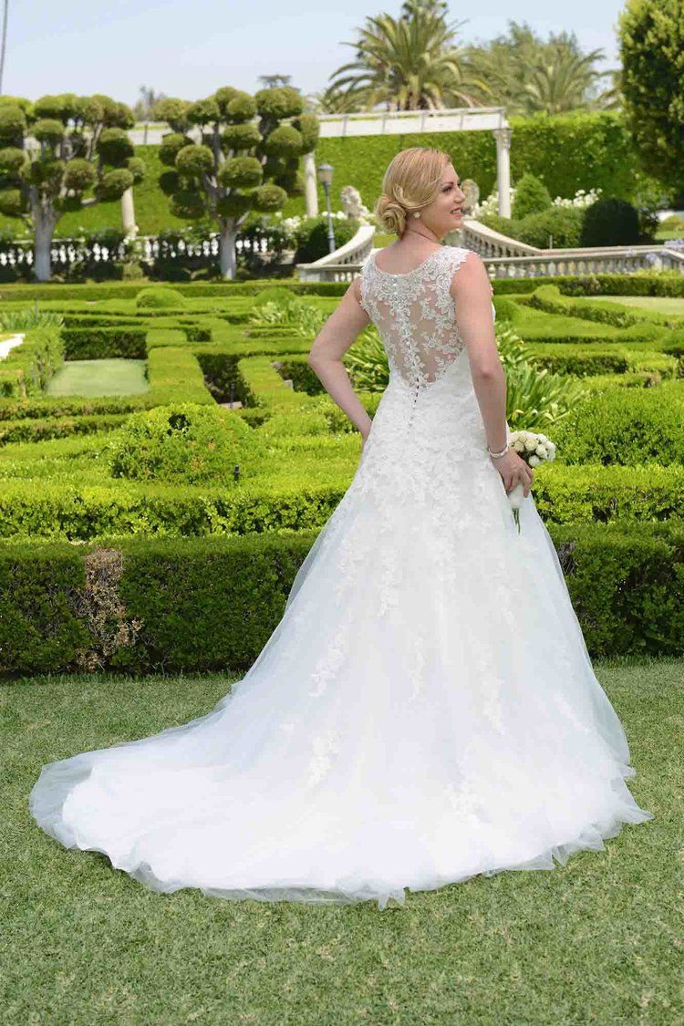 VW8737 Curvy bride, Wedding dresses plus size, Bridal gowns