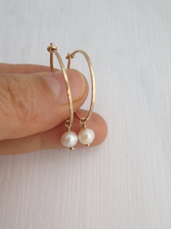 Pendientes de aro de oro fino, pendientes de aro, pendientes de aro pequeños y delgados, pendientes de perlas, pendientes de aro con relleno de oro de 14 k, aros de plata esterlina, regalo de cumpleaños para ella