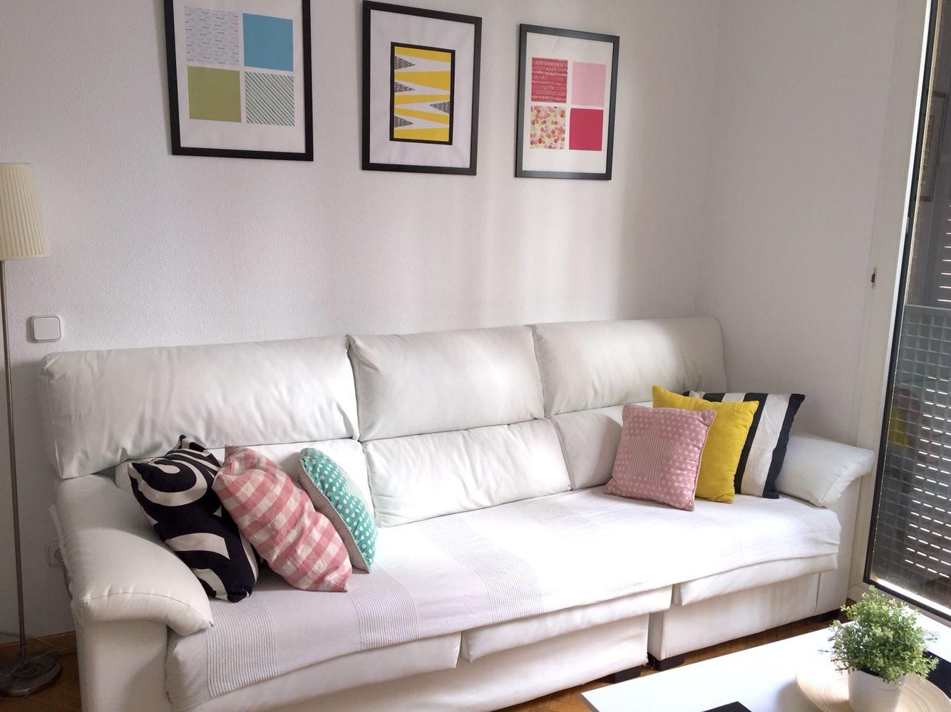 Sal n colorido sof blanco y cojines de colores cuadros - Cojines en ikea ...
