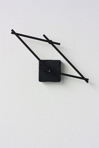 Hand in Hand Clock in black | decoration . Dekoration . décoration | Design: Yenwen Tseng |