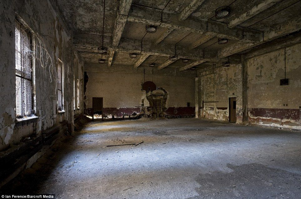 Inside the lost island of New York: Eerie pictures of the ...