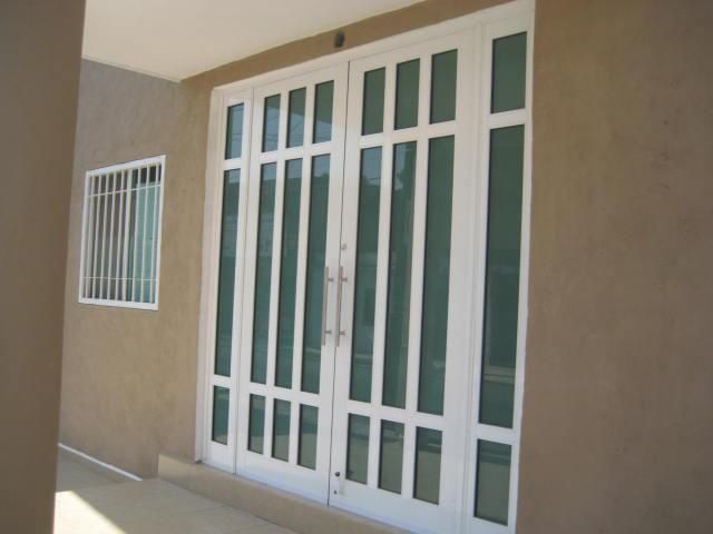 Puerta principal aluminio color blanco de 3 pulgadas for Puertas de cristal para entrada principal