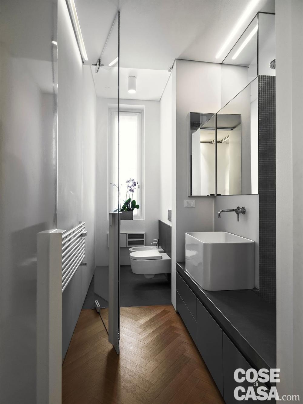 Photo of 110 mq con una parete in vetro per dividere soggiorno e corridoio e con la cabina armadio dietro al letto – Cose di Casa
