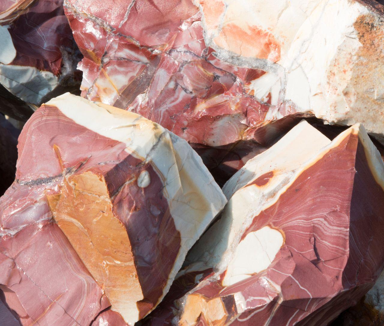 """de nationale steen van Australië ookwel """"Aborignalstone"""" genoemd. Eindelijk na 16 jaar weer bij ons op voorraad! Geweldig mooie kleuren & geweldige energie! in Jiggalong Mission - Western Australia"""