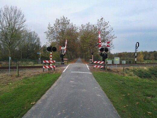 De spoorwegovergang vlakbij de Rensumaborg.
